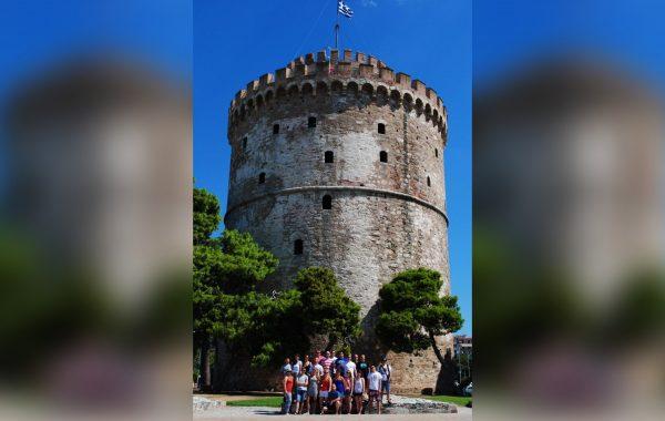 19. International Youth Band Festival - grupowe zdjęcie pod basztą w Salonikach (sierpień 2016 r.)