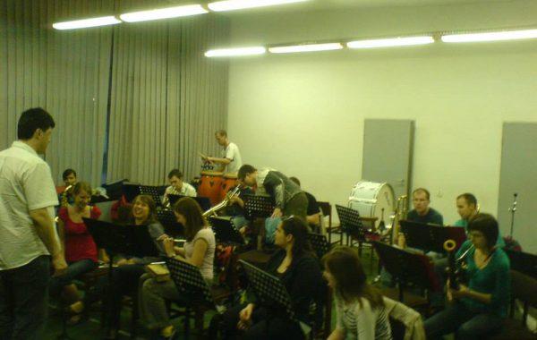 Jedna z pierwszych prób w sali prób Orkiestry w przybudówce akademika Feniks (wiosna 2008 r.)