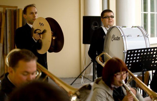 Początkowo Orkiestrę musiało wspierać także kierownictwo :)Na perkusji ówczesny prezes Orkiestry Rafał Duda oraz ówczesny wiceprezes, a obecnie kierownik Orkiestry Dawid Olewnicki – Inauguracja Roku Akademickiego 2008/2009