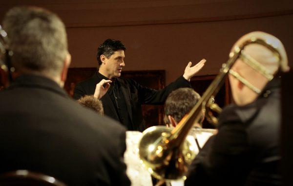 Łukasz Wojakowski podczas koncertu w Galerii Porczyńskich (7 grudnia 2014 r.)