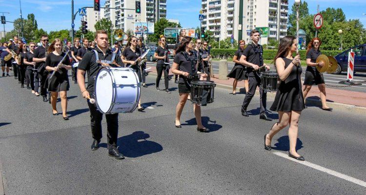 Przemarsz podczas Wielkiej Parady 40-lecia Ursynowa